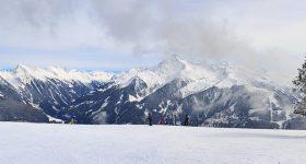 paisaje nevado con personas